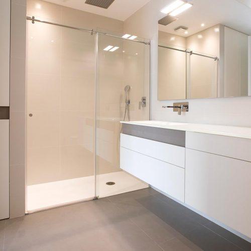 Mueble de baño a medida, lacado color blanco con pieza de gres porcelánico incrustada