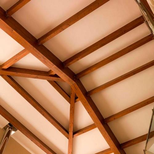 Vigas de madera forjadas en tejado interior