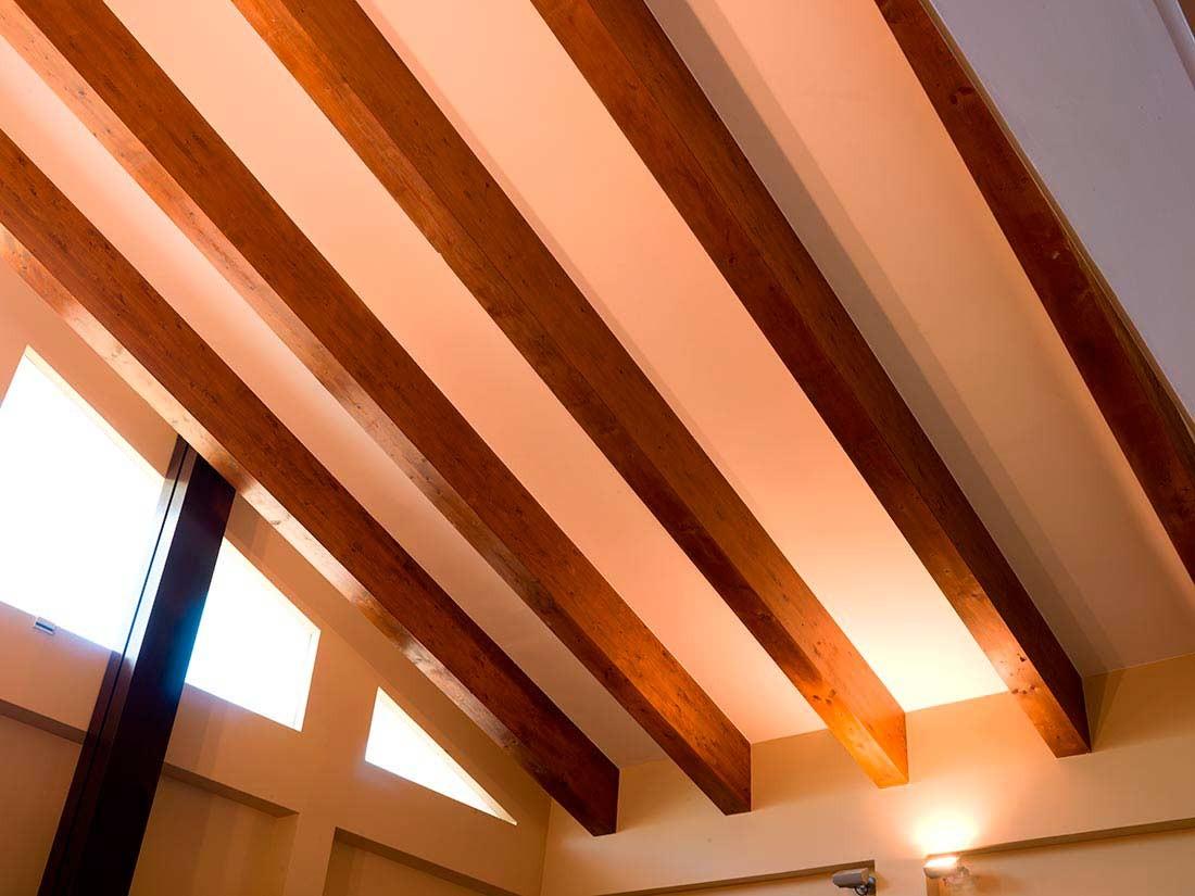 Vigas de madera forjada en tejados de madera interior
