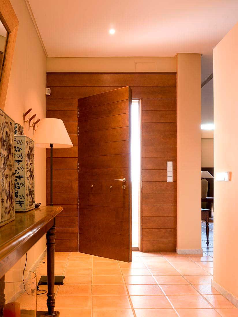 Puerta de acceso construida en pino melis