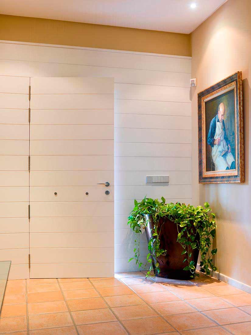 Puerta de exterior blanca lacada