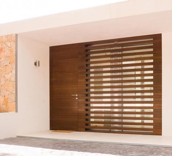 Puerta exterior en madera de iroko