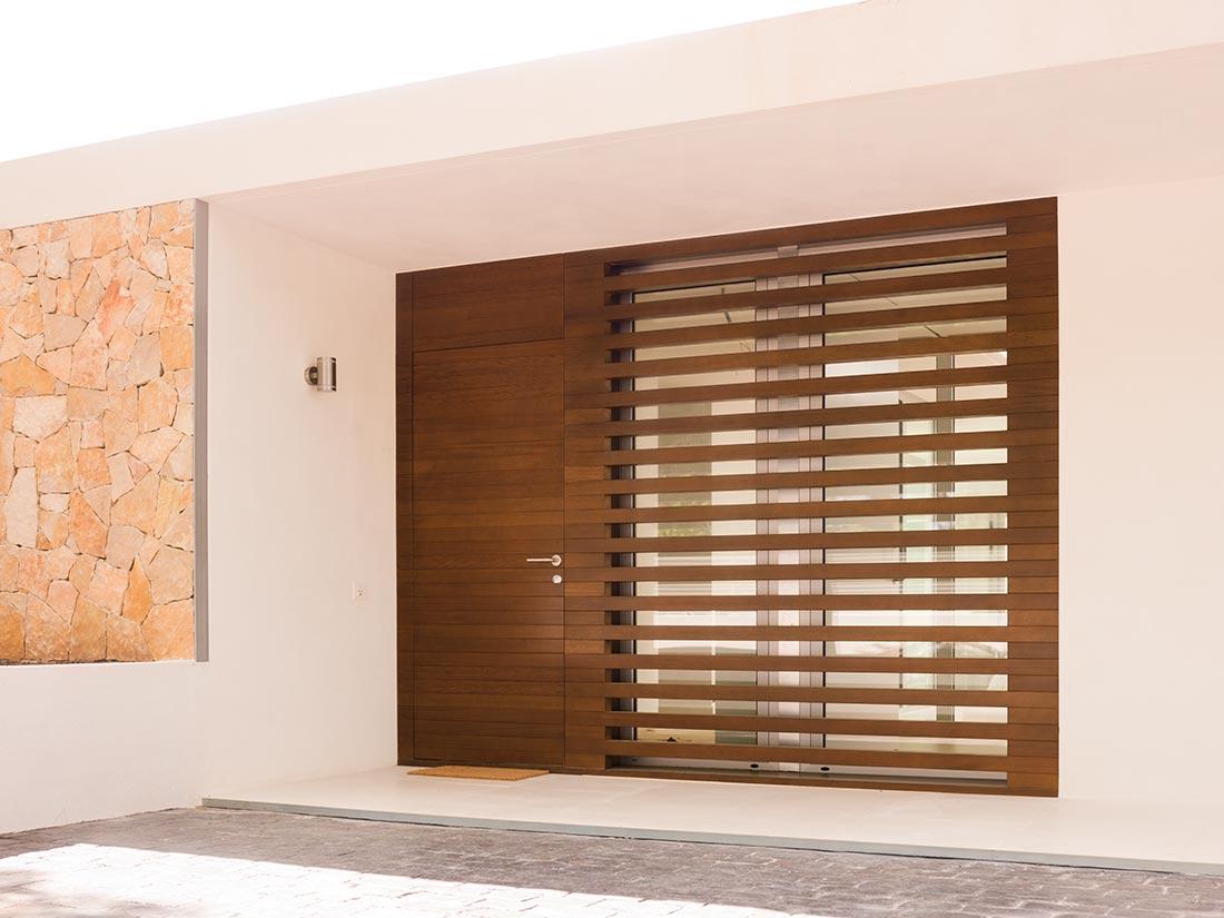 Puertas exterior de madera en vivienda unifamiliar - Puerta de exterior ...