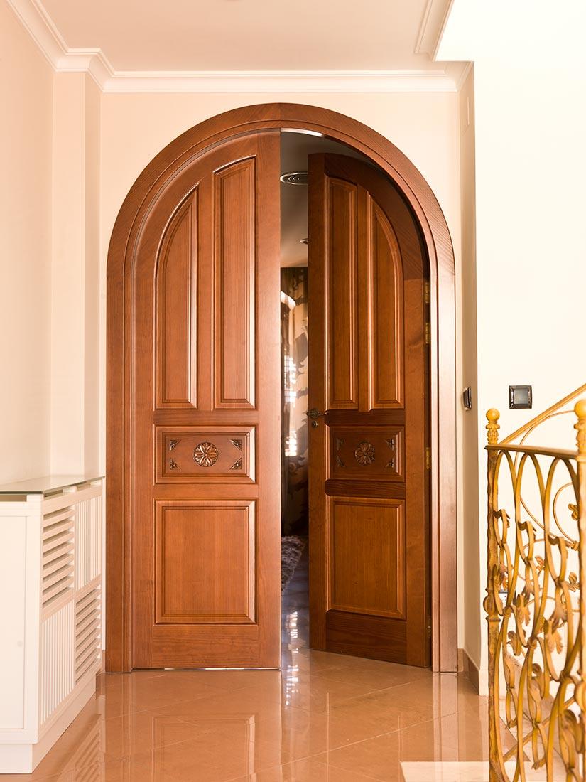 Puerta curva realizada en madera maciza