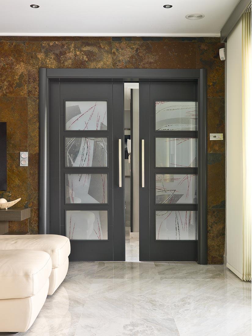 Puerta con doble hoja cristalera en color gris