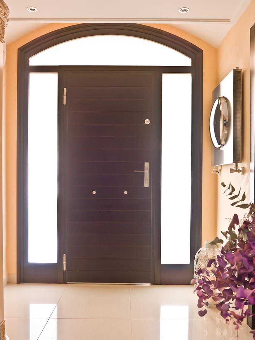 Puerta de exterior con refuerzo acorazado