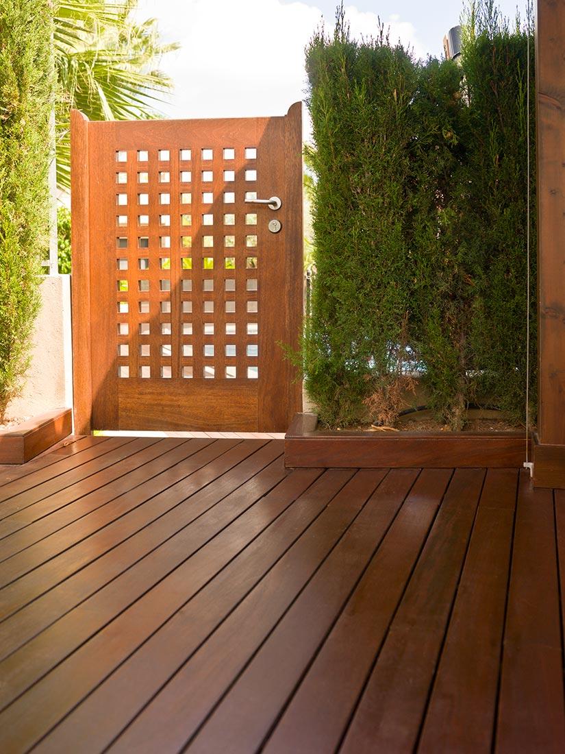 Puerta de acceso exterior en madera de iroko