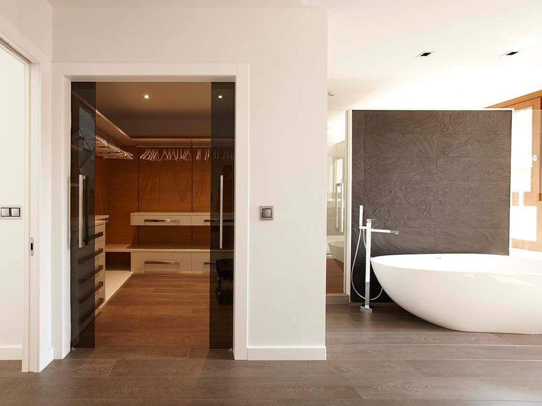 Vestidor a medida en habitación con baño