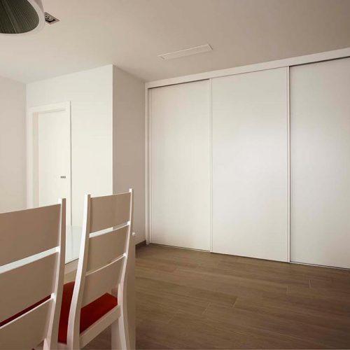 Armario con puertas correderras lacadas en blanco