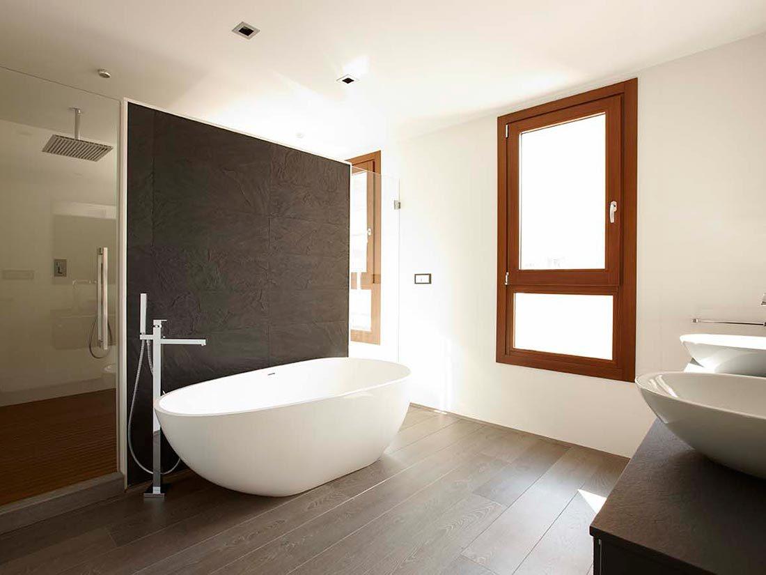 Suelo de madera en baño y ventana exterior