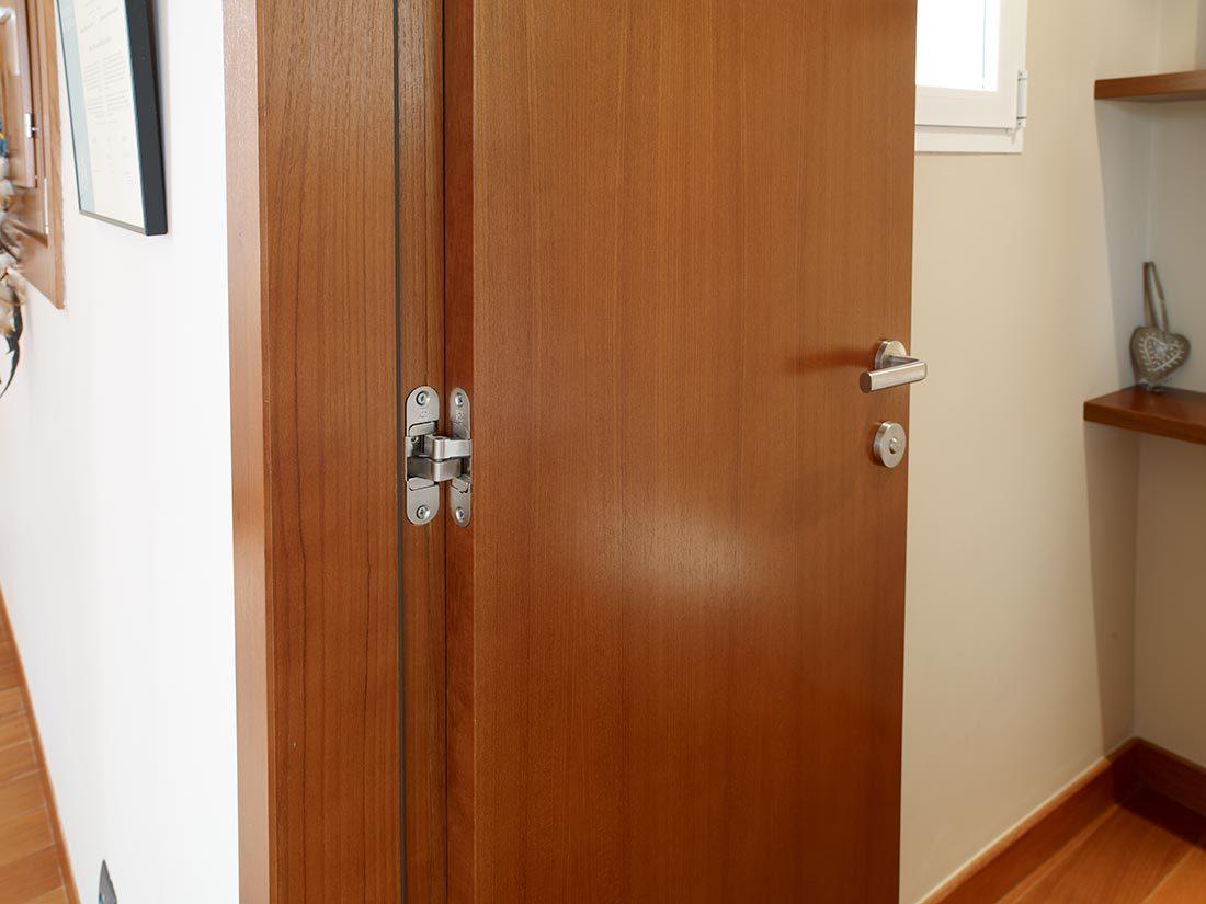 Bisagra embutida y manivela de puerta interior