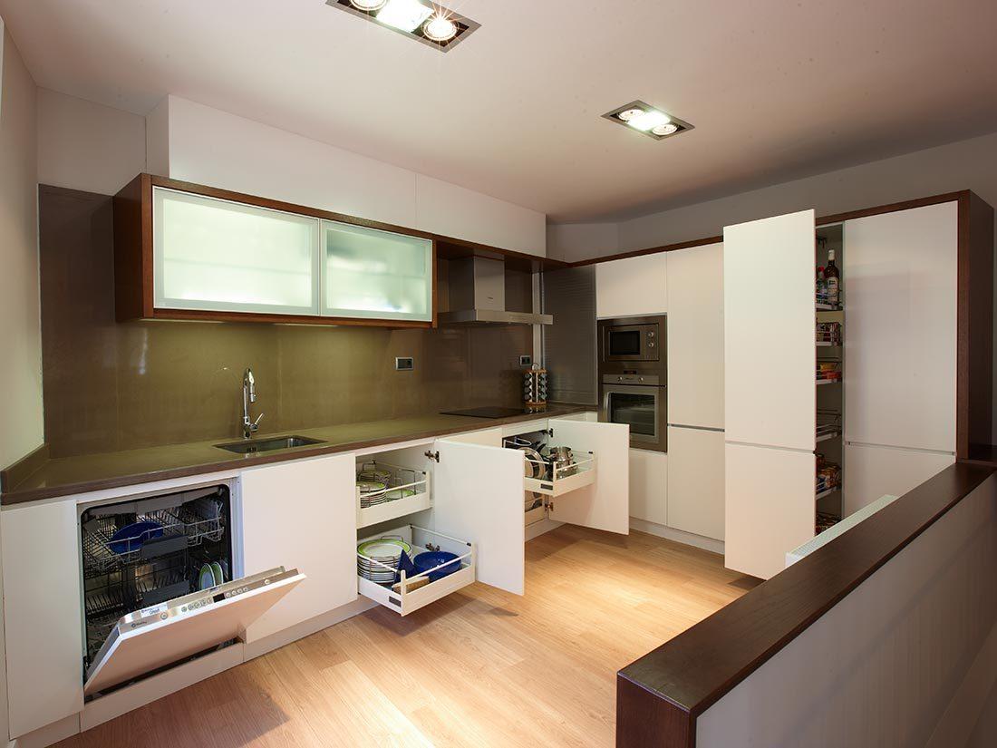 Diseño de cocinas a medida color cataño y blanco