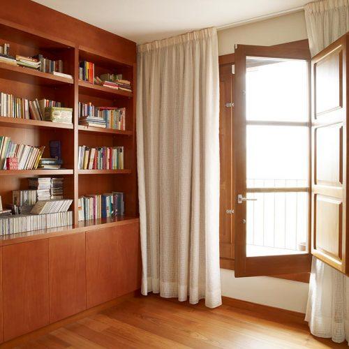 estanteria libreria y ventana p11