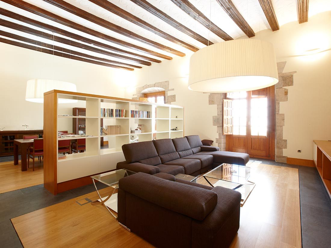 Estanteria e medida, suelo de parquet y ventanas de exterior en madera