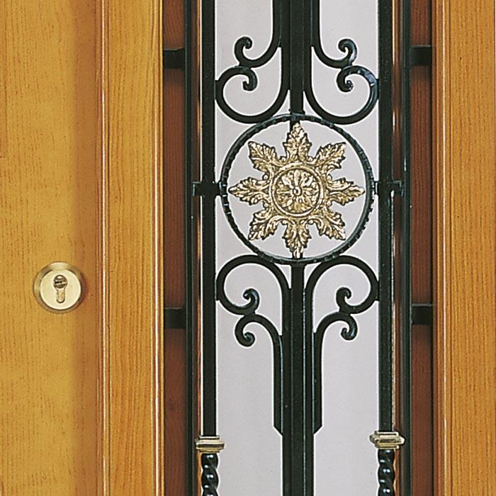 Herrajes de forja y latón en puerta modeloAníe