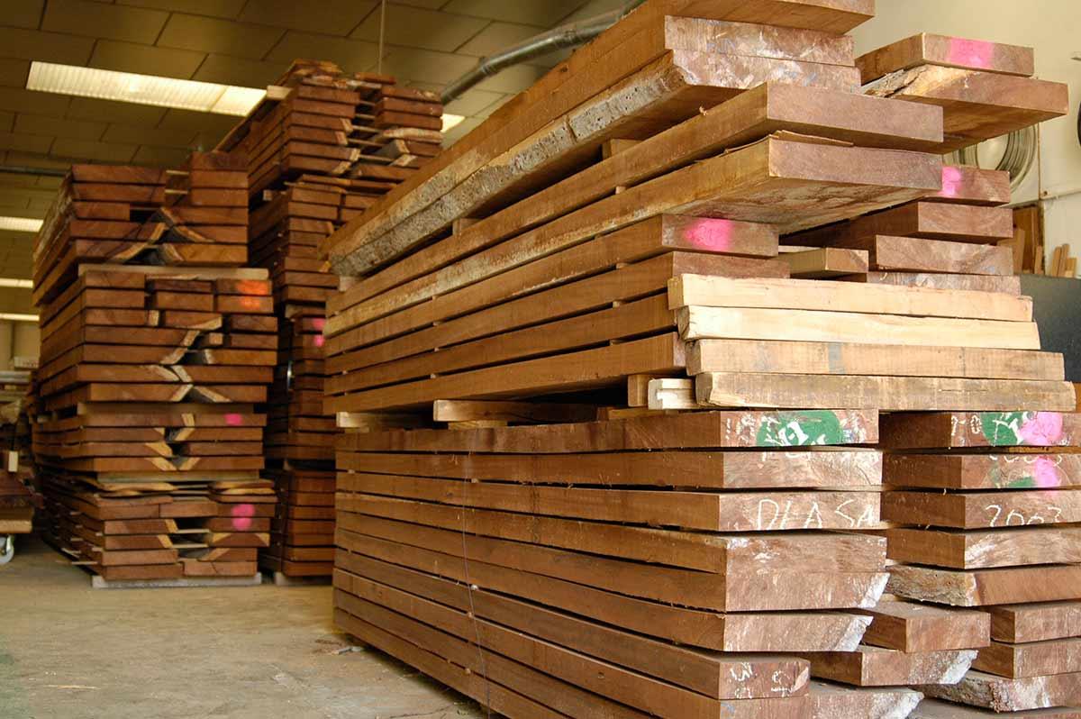 Imporatción y almacenaje de madera en nuestras instalaciones