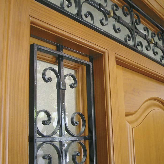 Detalle rejas de hierro en puerta de calle PINETA