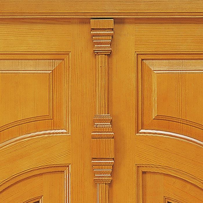 Detalle decorativo de madera en puerta tradicional valenciana