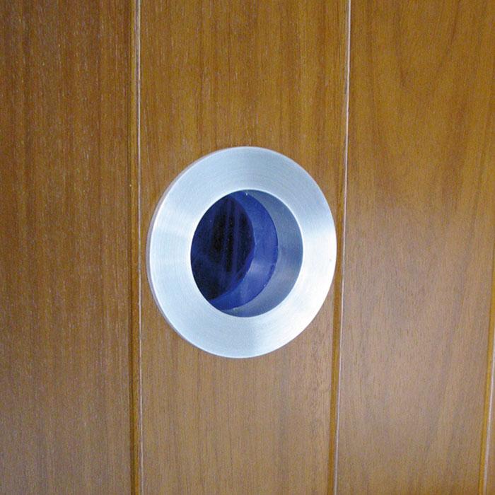 Ojo de buey en puerta exterior de Iroko