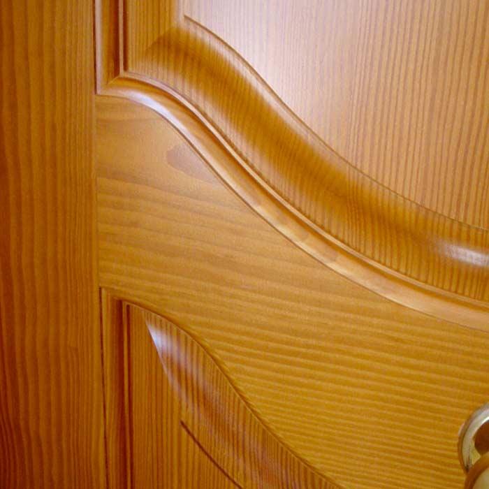 Tableros torneados en puerta de madera exterior Remuñe