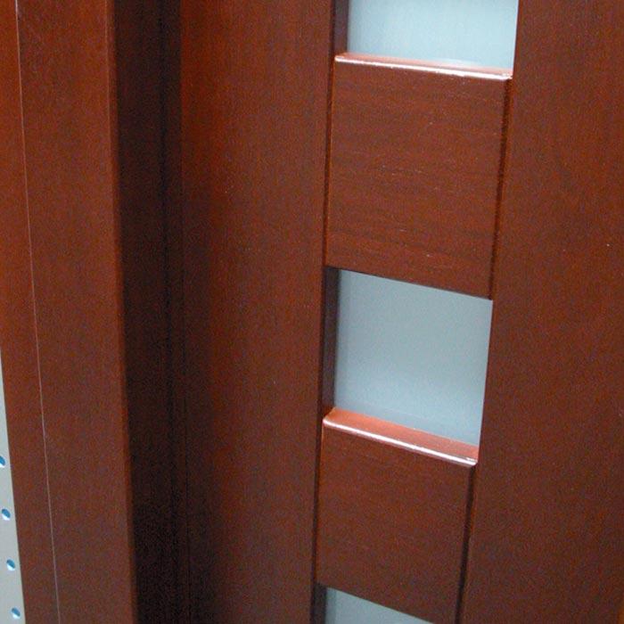 Detalle ventanas laterales en puerta exterior