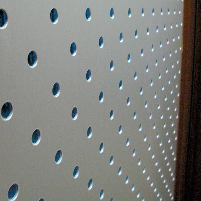 Plancha de aluminio decorado en puerta exterior madera de Iroko