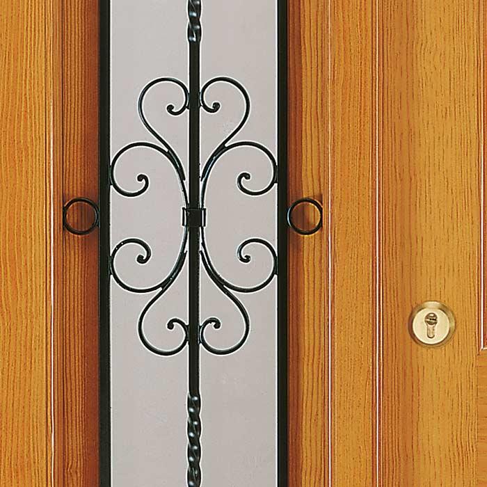 Ventana con forjado en puerta de madera exterior