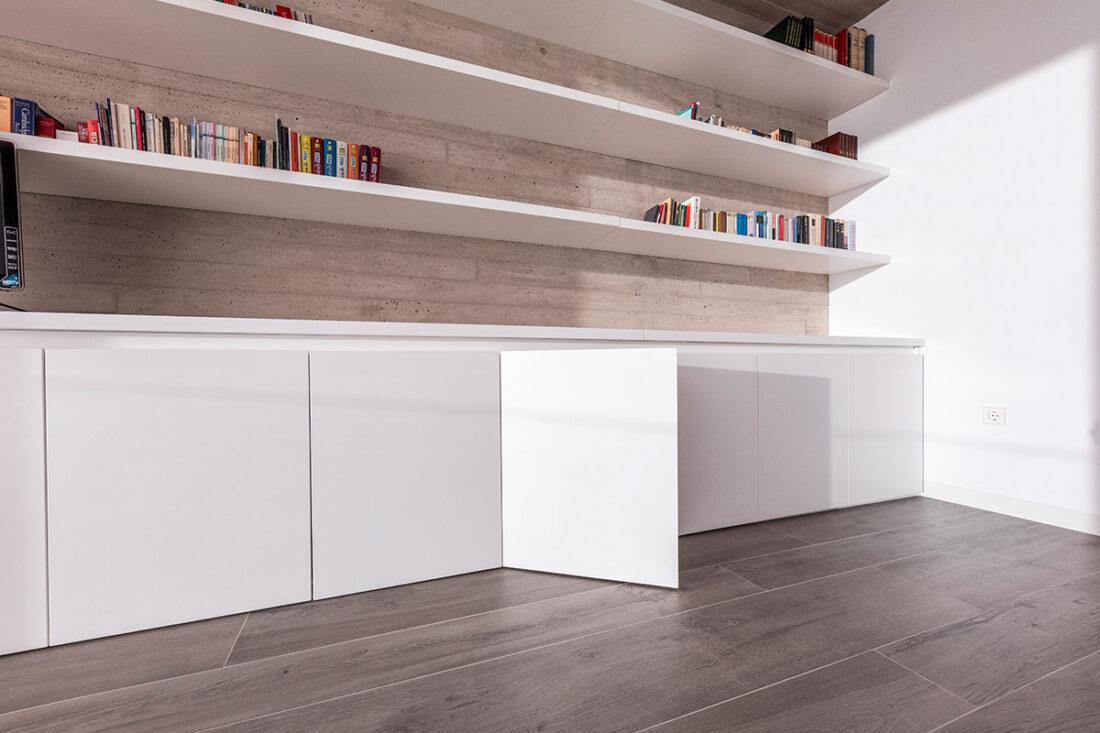 armarios bajos y estanterias lacados en blanco