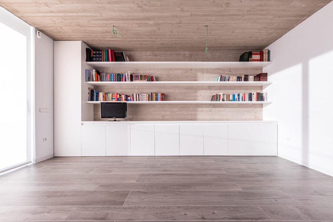 conjunto armarios estantes blancos en salon