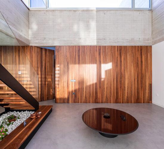 salon espacioso con panelado en madera de roble