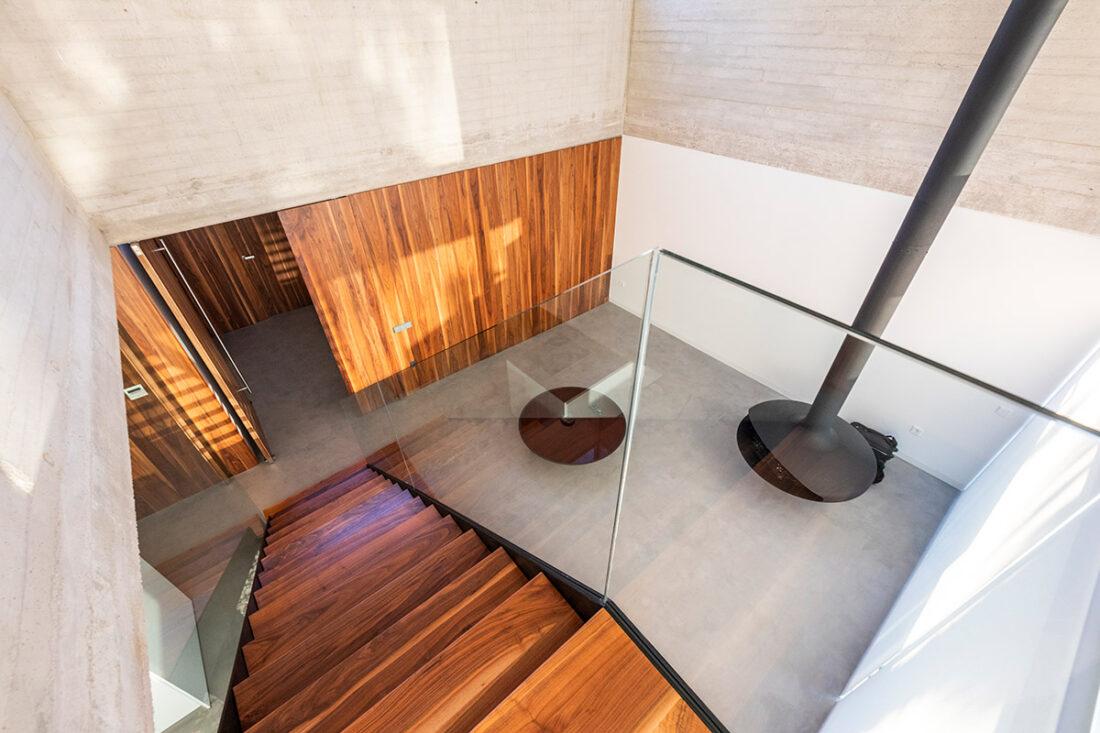 salon espacioso con escalera de roble y panelado