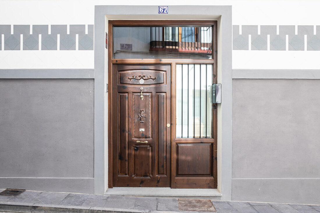 Puerta exterior clásica de entrada