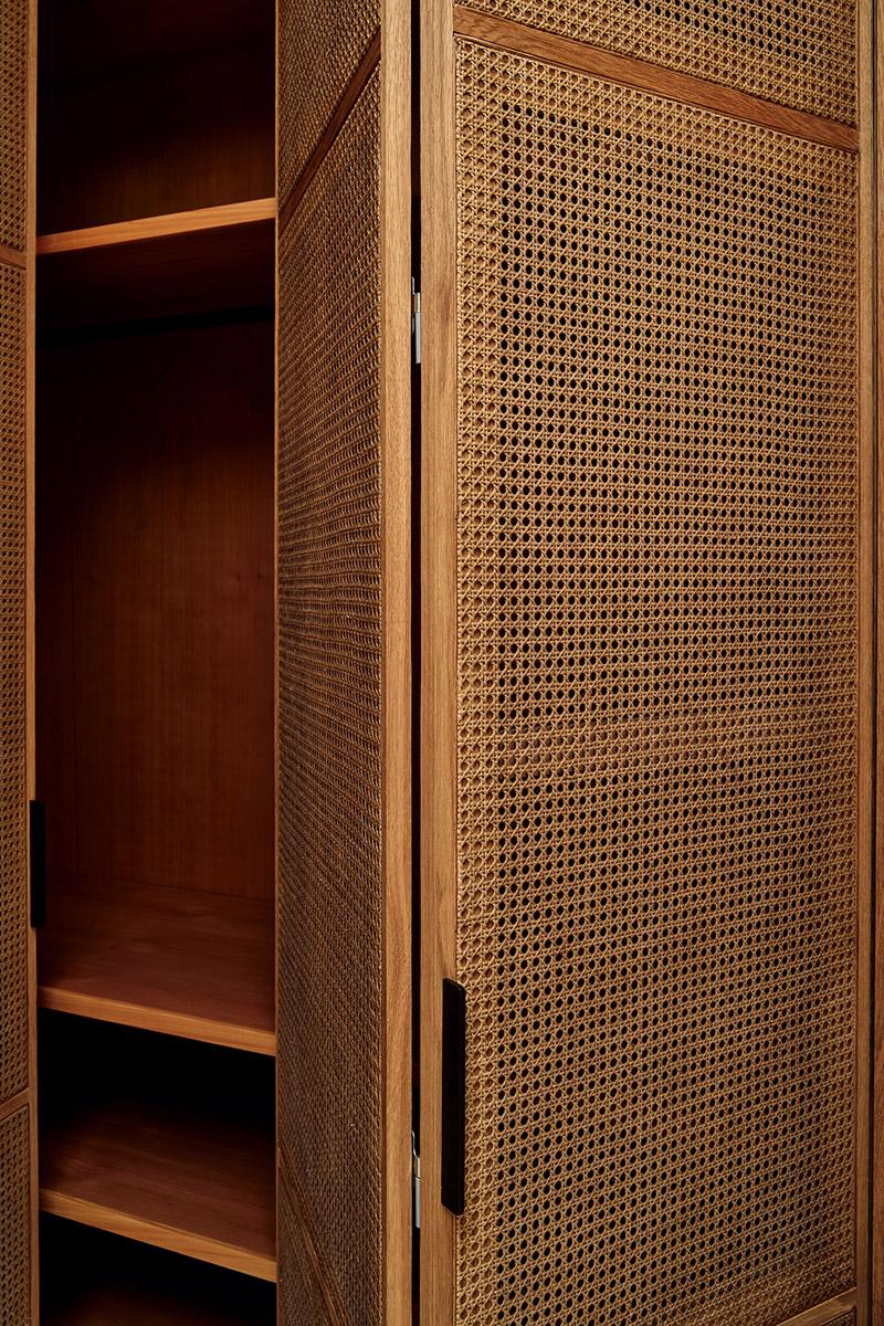 Detalle rejilla de mimbre en armario.