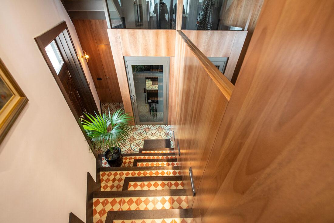 Escalera de entrada con panel natural