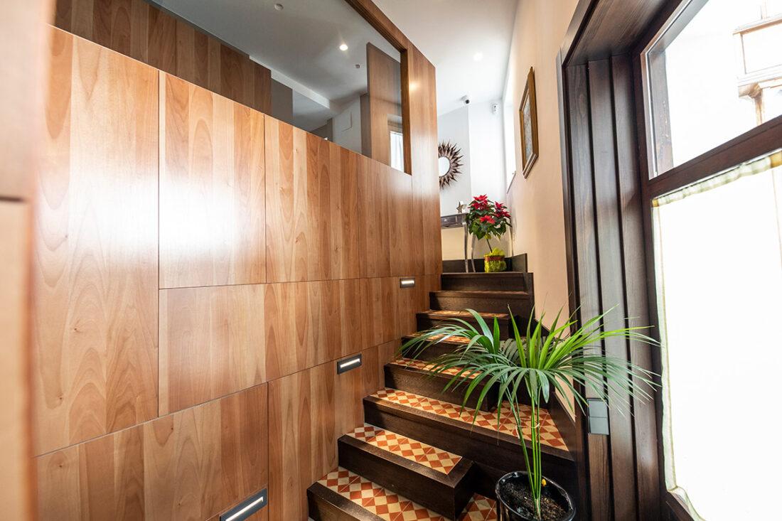 Panel entrada con escalones detalle en madera